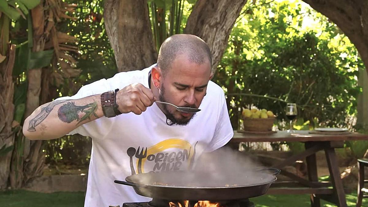 El cocinero Julio Velandrino prueba una de sus creaciones aún en el fuego.