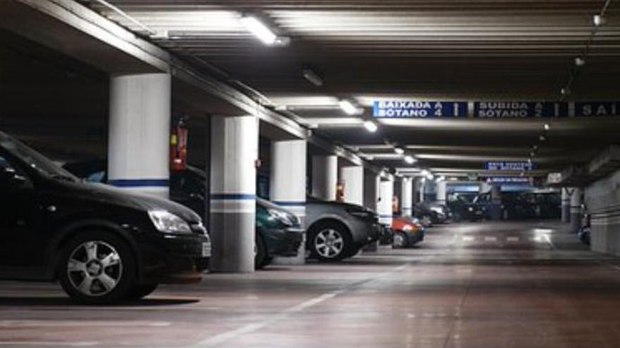 Un hombre de 45 años muere arrollado por su propio coche en un parking