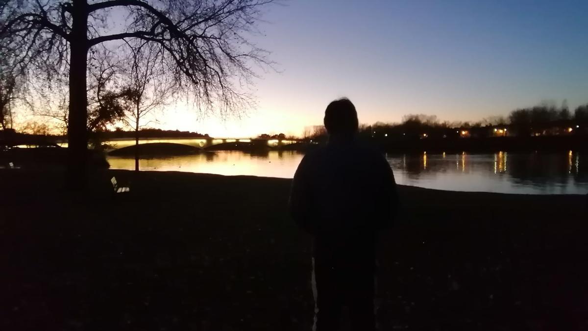 El joven zamorano pasea junto al río Duero.
