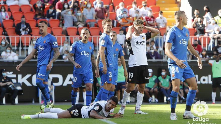 El Mallorca tira la victoria en el descuento ante el Valencia