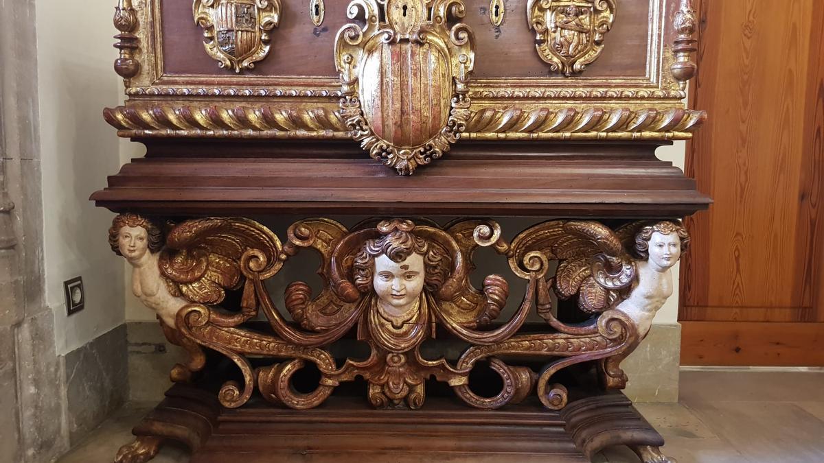 La 'Caixa d'Insaculacions' en el Consolat de Mar. Este mobiliario estaba ubicado en la Conselleria de Agricultura.