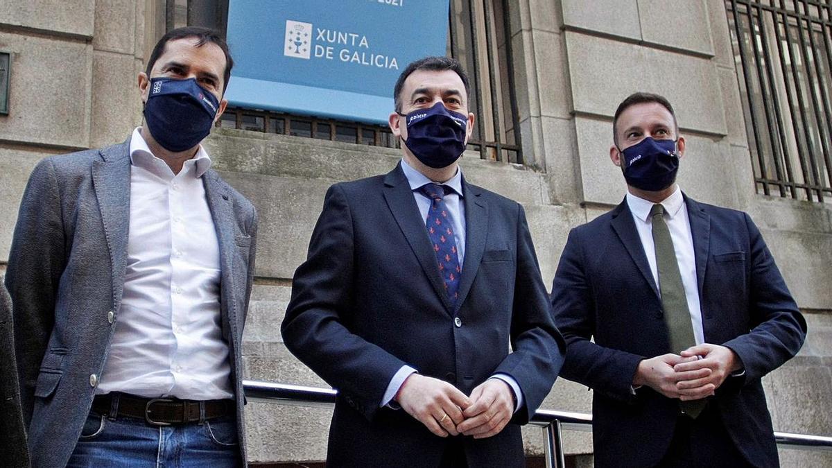 El director de Agadic, Jacobo Sutil; el conselleiro de Cultura, Román Rodríguez, y el delegado de la Xunta en A Coruña, Gonzalo Trenor, ayer, en la entrada del CGAI. |   // CABALAR