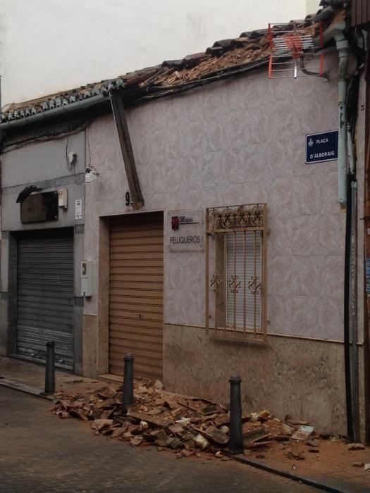Las lluvias provocan desprendimientos de cornisas en Benimàmet, en Valencia.