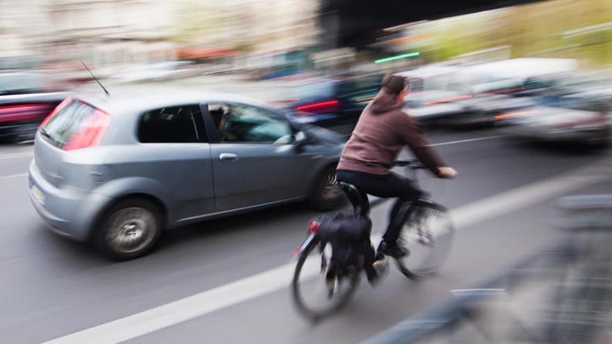 Los coches deberán reducir en 20 km/h el límite genérico al adelantar a bicis