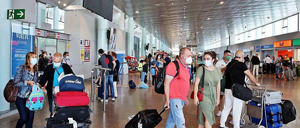 Foto de archivo de pasajeros llegando a Peinador.