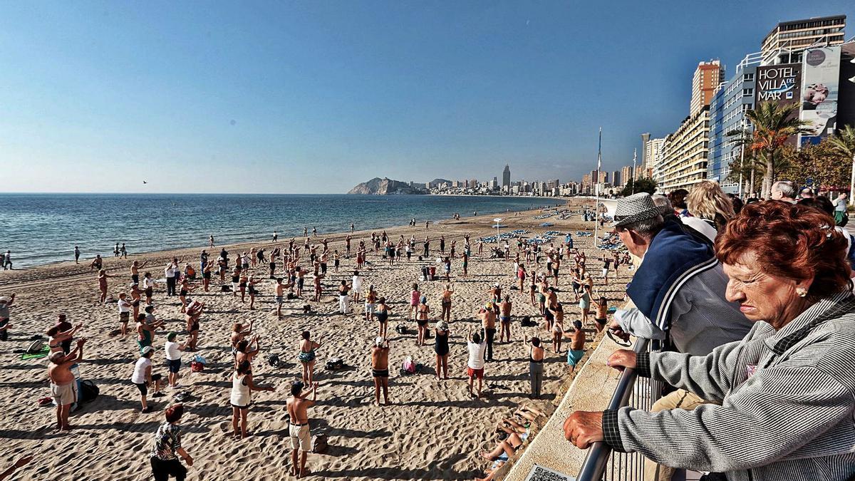 Turistas del Imserso haciendo gimnasia en Benidorm en una imagen que el Gobierno quiere que se repita el próximo otoño.