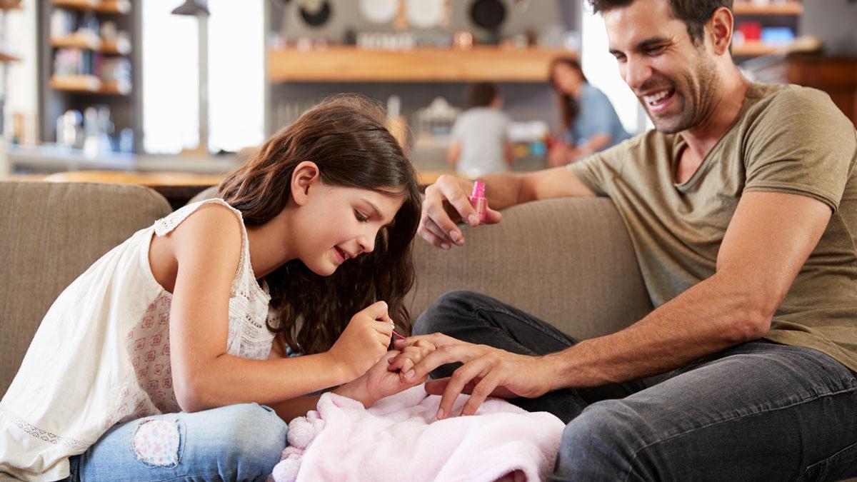 ¿Por qué nos molesta que un hombre se pinte las uñas?