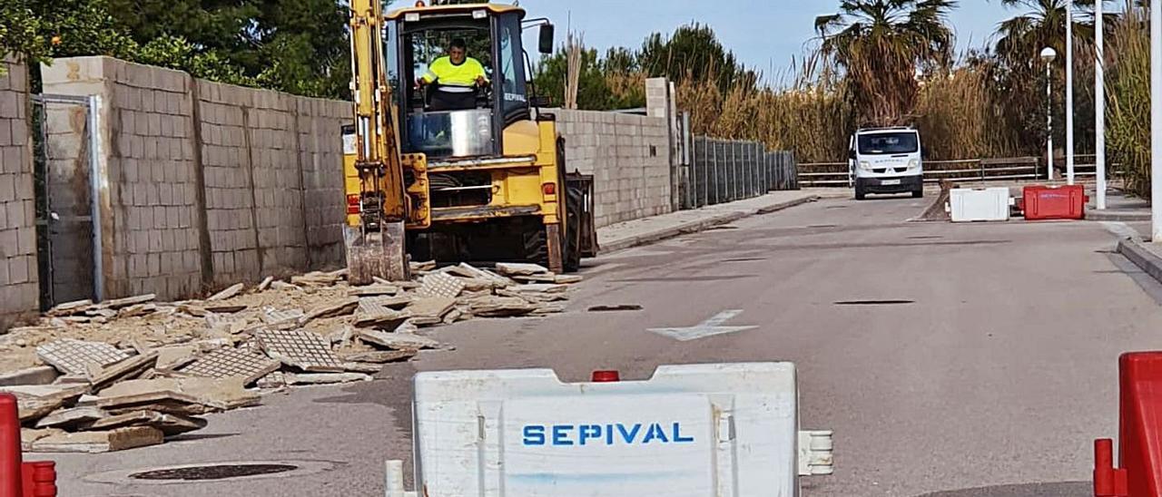 Una máquina trabaja en las obras del nuevo bulevarde Guardamar a la playa. | LEVANTE-EMV