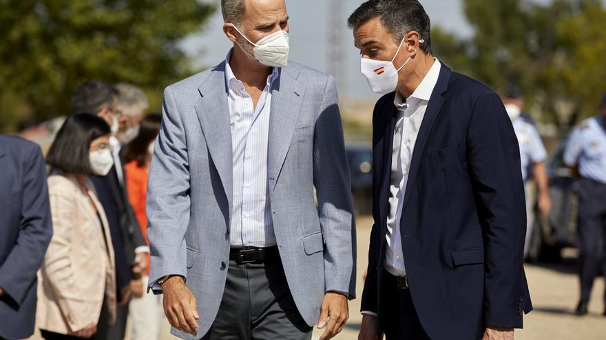 El Rey visita con Sánchez el 'hub' de acogida de afganos en Torrejón