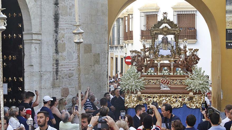 La Virgen de Acá preside el rezo del Vía Lucis en la plaza de San Basilio