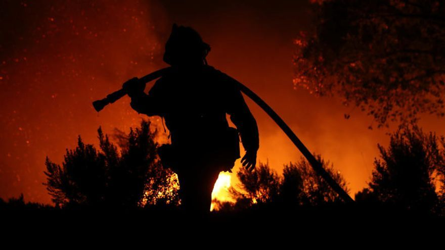 Los bomberos ganan terreno a los fuegos en California
