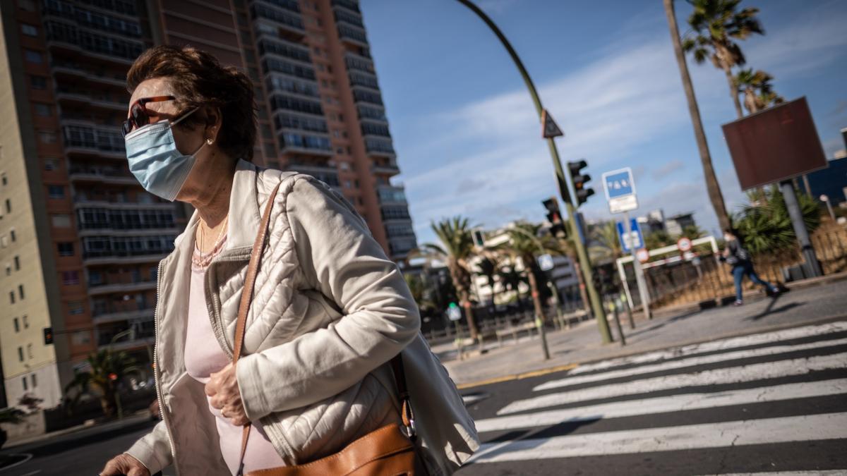 Una mujer pasea por el centro de Santa Cruz de Tenerife