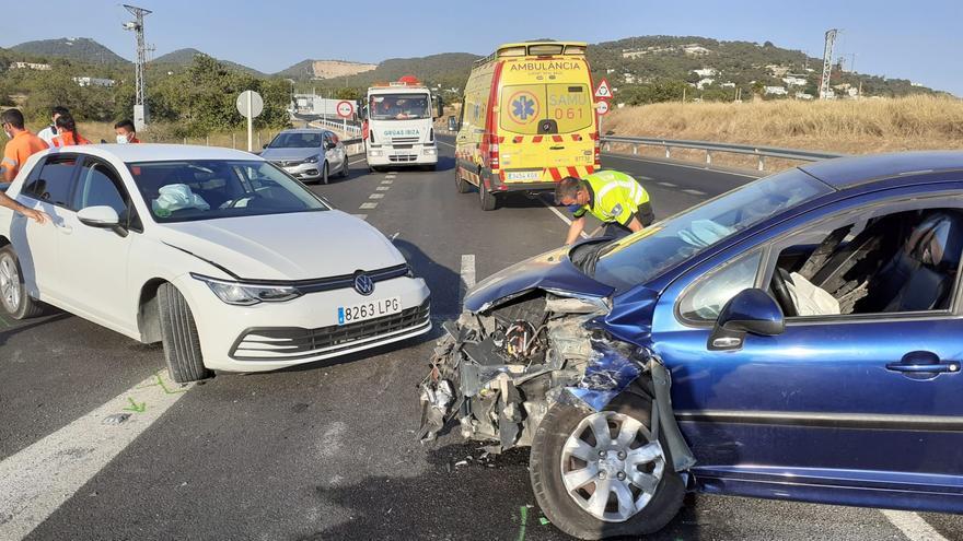 Invade el carril contrario y choca contra otro coche en Ibiza