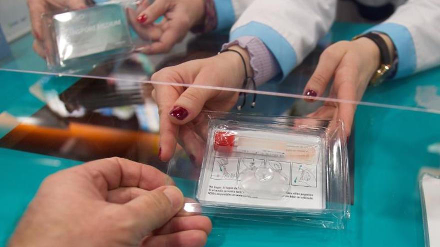 Las farmacias coruñesas dispensan más de 8.500 kits a adolescentes para detectar COVID