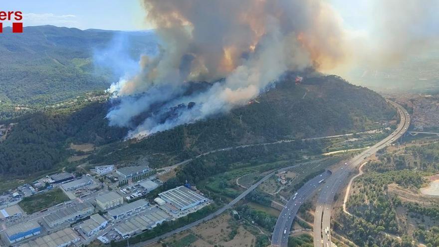 Medio centenar de casas evacuadas y dos urbanizaciones confinadas por el incendio cerca de Martorell