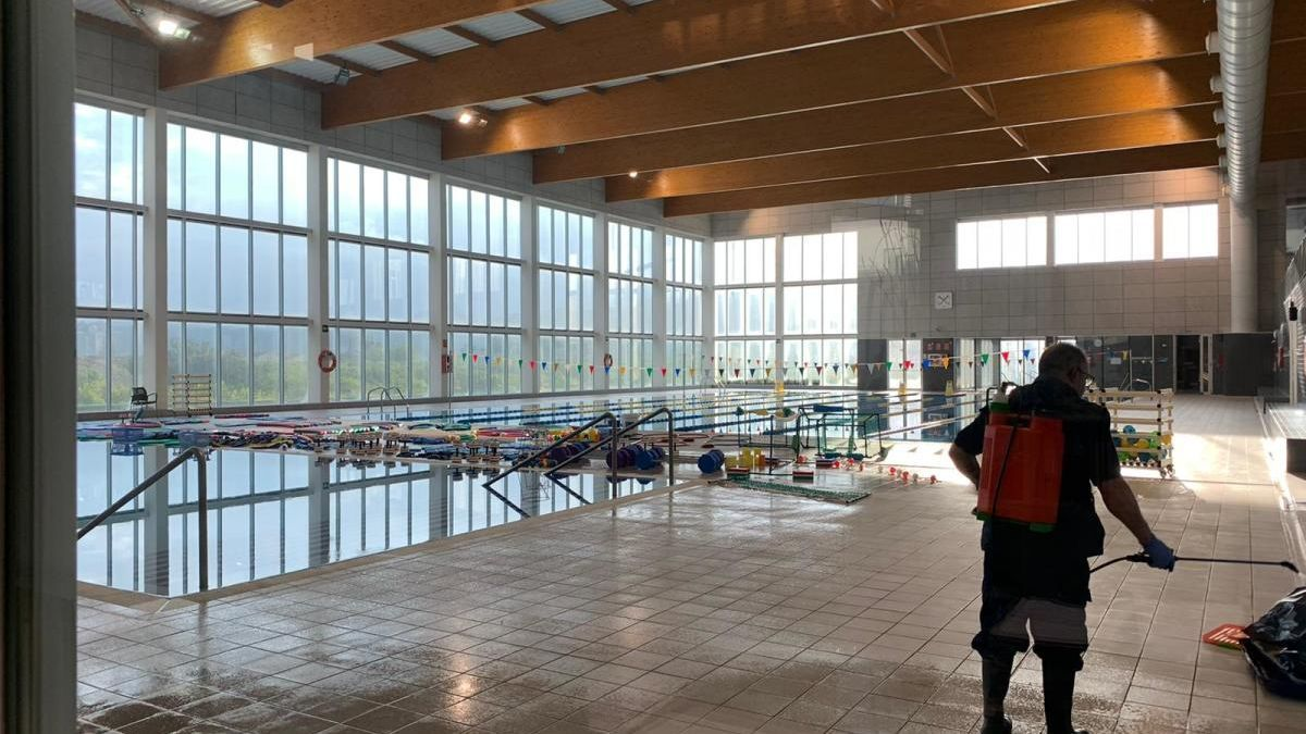 Labores de desinfección en la piscina de Carcaixent.