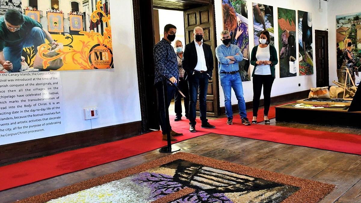 El alcalde villero, Francisco Linares, y la edil de Turismo, Delia Escobar, realizaron ayer una visita al Museo de las Alfombras de La Orotava, ahora renombrado como el Centro de Interpretación del Arte Efímero Alfombras de La Orotava.
