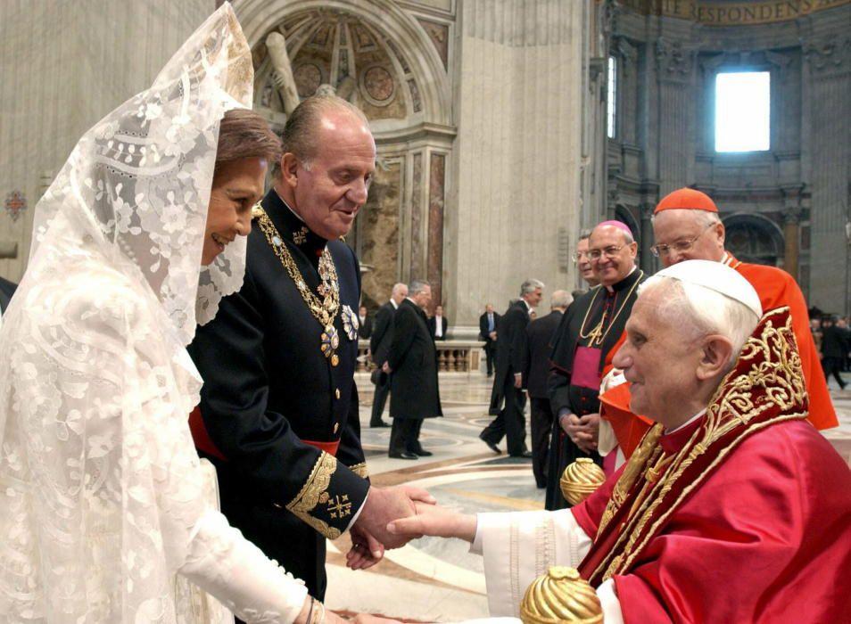 La reina Sofía y el rey Juan Carlos junto al papa Benedicto XVI.