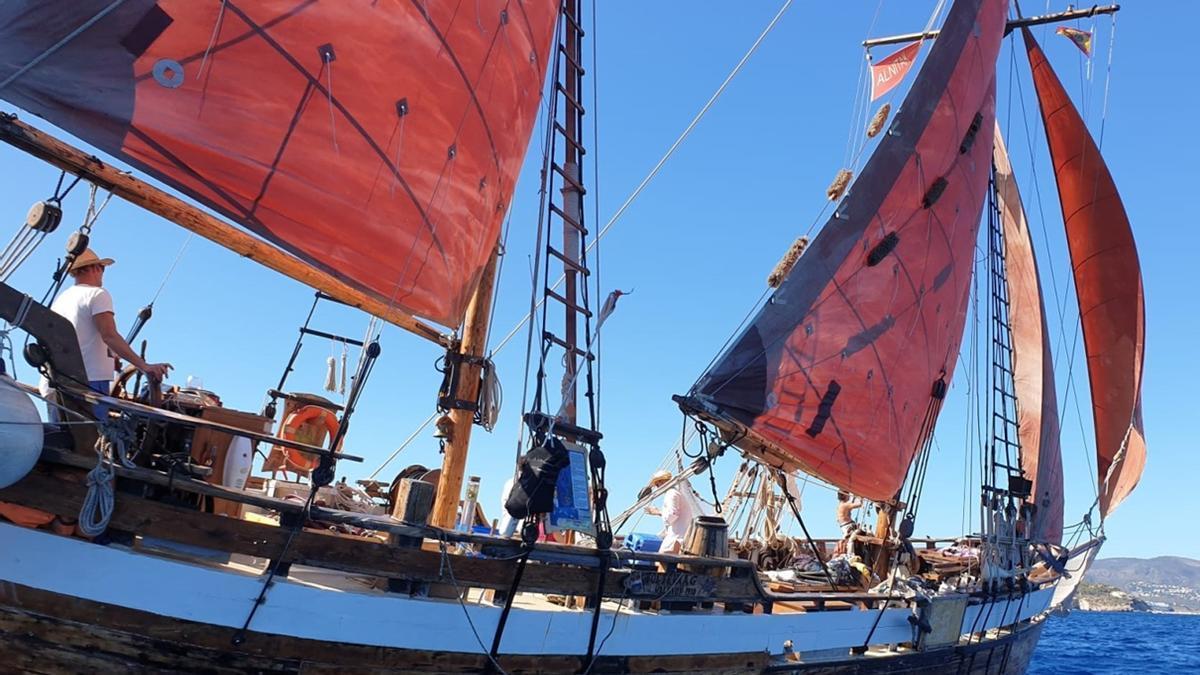 El Toftevaag, botado en 1910, navegando a vela en la bahía de Palma rumbo a Cabrera.