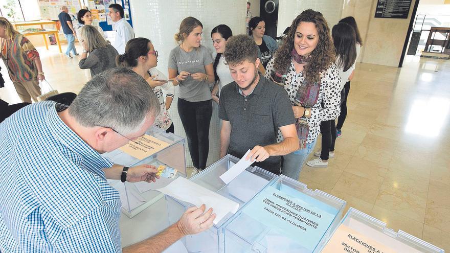 Votantes en la mesa electoral del edificio de Humanidades, en las elecciones a rectorebradas en 2016.