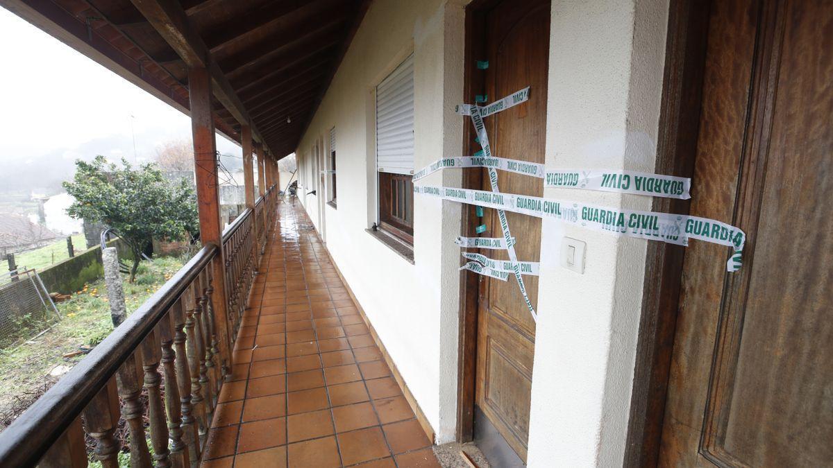 Precinto de la Guardia Civil en la entrada de la habitación donde residía el fallecido