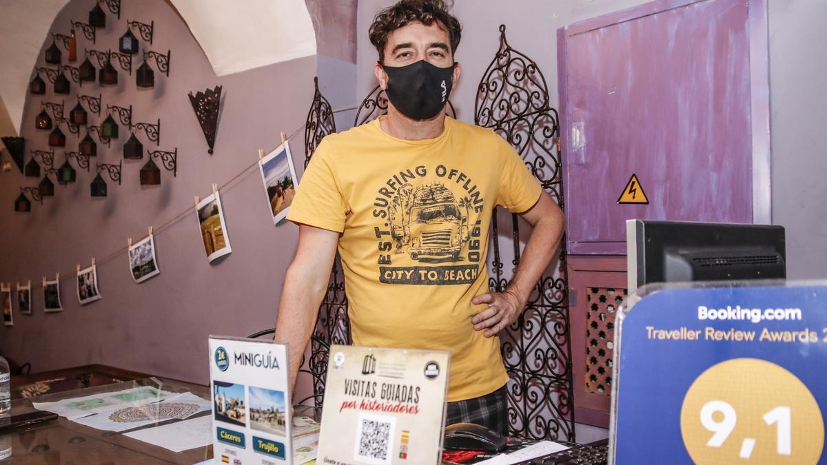 Santiago Avendaño posa ayer en la recepción del hotel La Boheme, de la plaza del Duque.