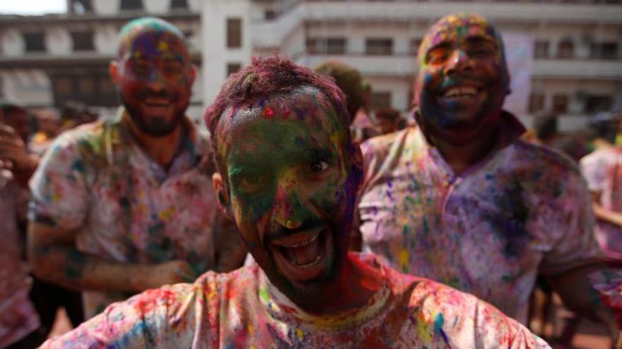 L'Índia perd el cap durant el Holi, la batalla dels colors