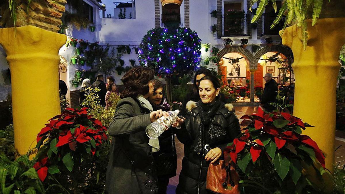 Una entrañable escena en Parras 8, en el último ciclo navideño de los Patios.