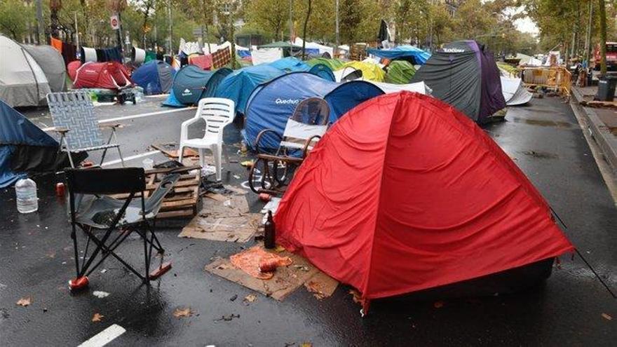 Un detenido y 117 identificados en la acampada en la plaza de la Universidad de Barcelona