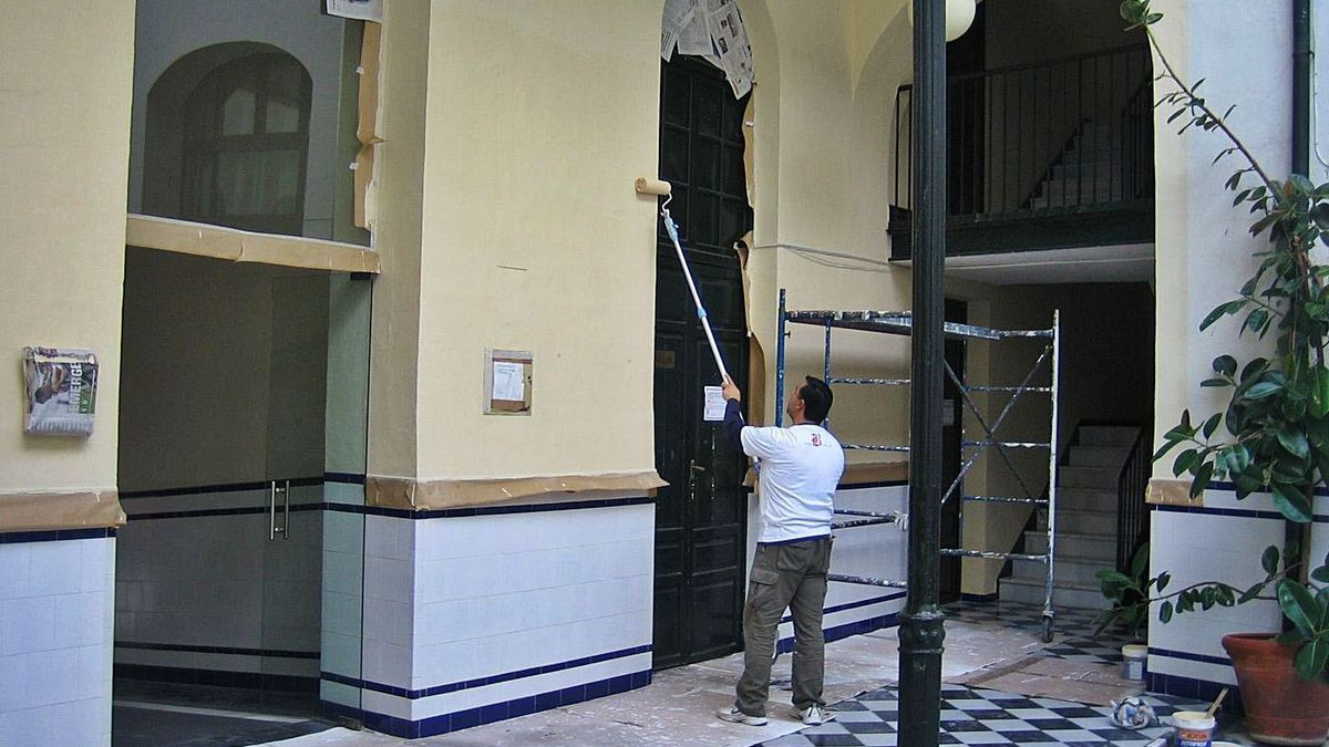 Un operario adecenta una de las paredes del patio central del conservatorio.