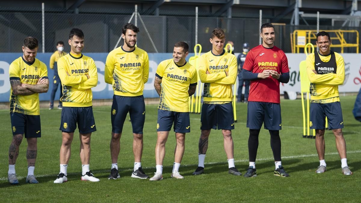 Los jugadores del Villarreal, con caras sonrientes antes de iniciar una sesión en el complejo de Miralcamp.