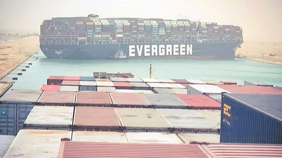 El buque que ha cortado el tráfico en el Canal de Suez