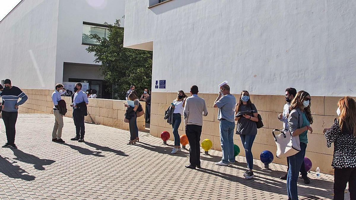 Cola para el voto anticipado en el Registro General de la Universidad de Alicante.