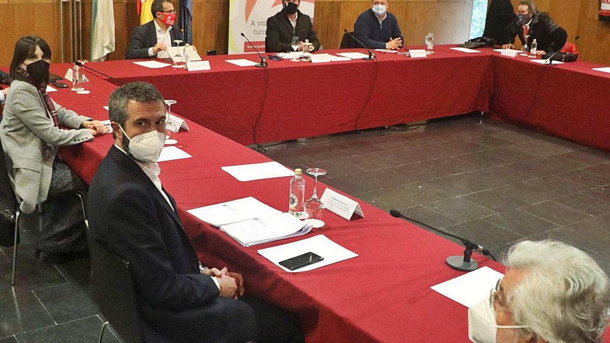 Reunión entre Xunta, diputaciones, concellos y clúster del Turismo sobre el plan de rescate a la hostelería, ayer, en Santiago. |  // XOÁN ÁLVAREZ