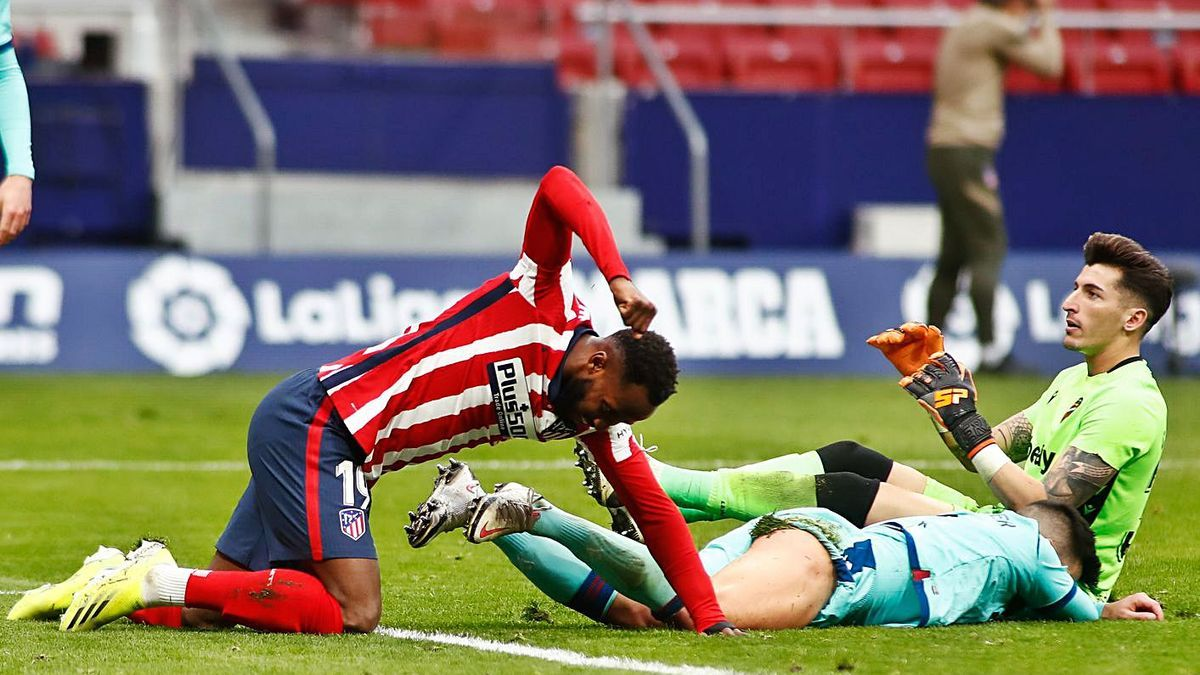 Dembelé se lamenta ante el portero del Levante UD, Cárdenas.  | AFP7/EUROPA PRESS