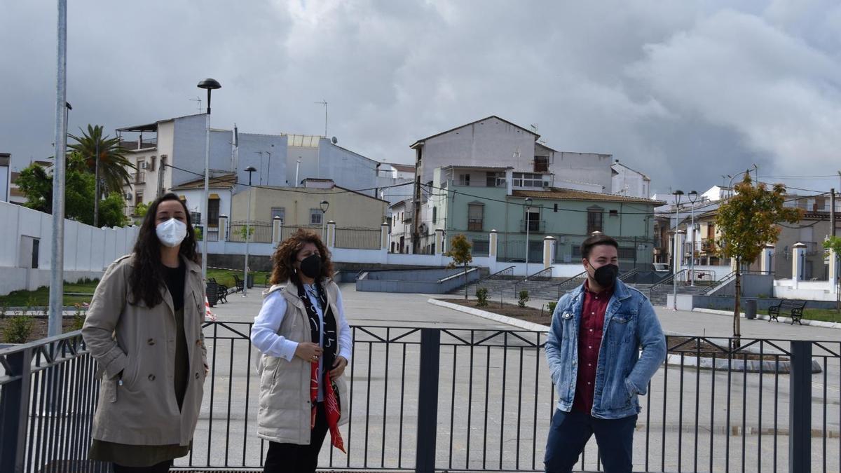 Carmen Lara, Juan Antonio Gómez y Rosario Ruiz, junto al nuevo parque urbano.