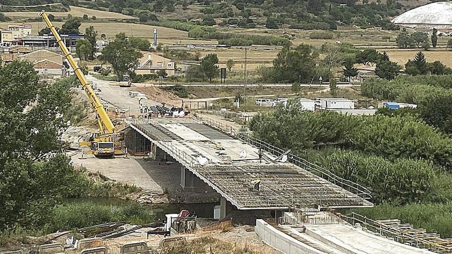 El 'nou' pont d'accés al nucli de Cabrianes va agafant amplada