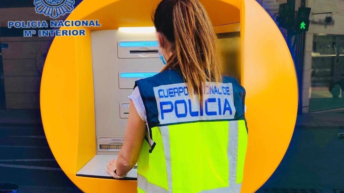 An agent of the National Police Corps, at an ATM in Elche