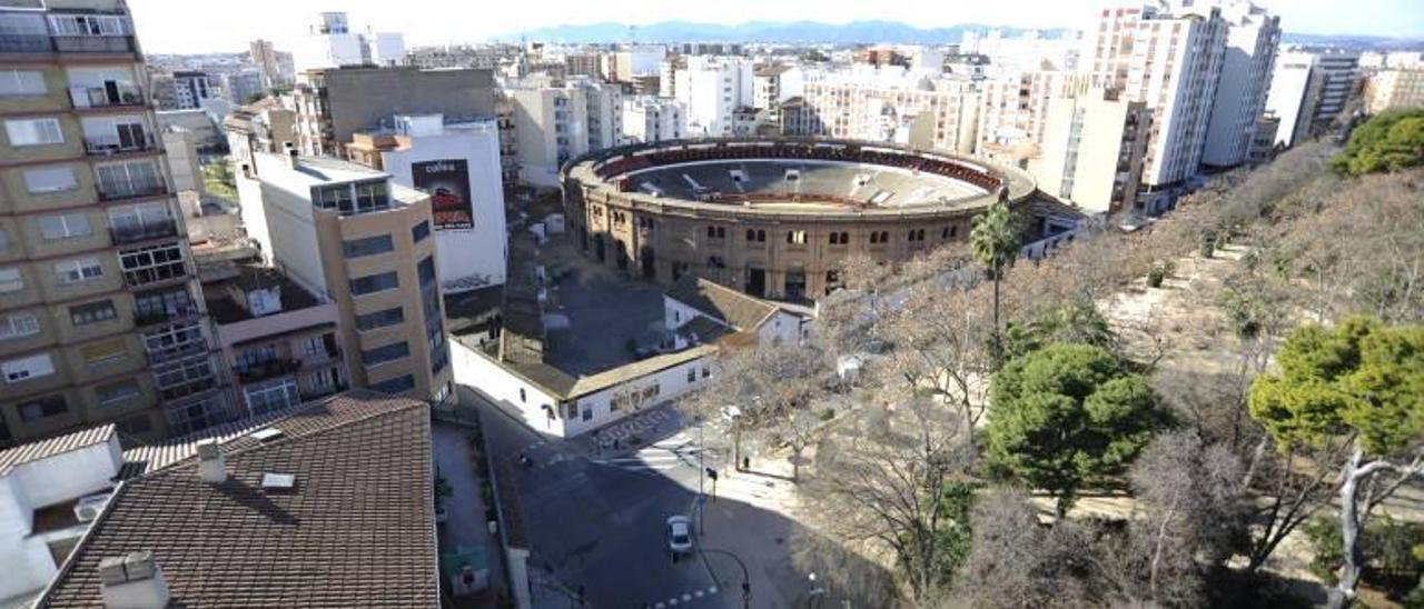 La plaza de toros es de propiedad privada y se sitúa junto al parque Ribalta.