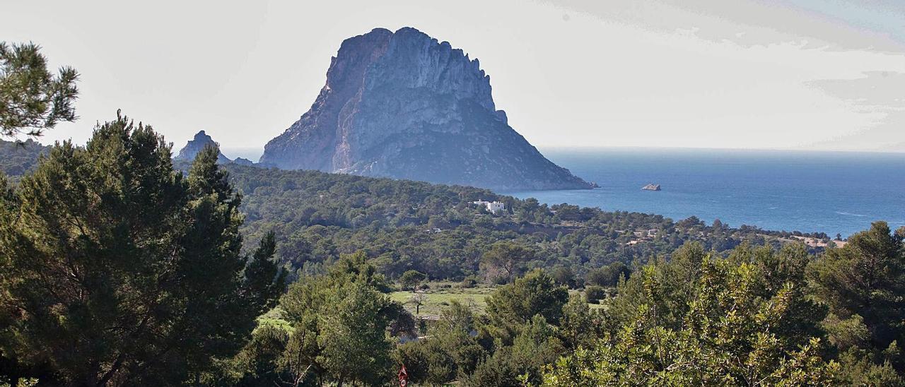 Vista general de la zona de Cala d'Hort, con el islote  de es Vedrà al fondo.   J. A. RIERA