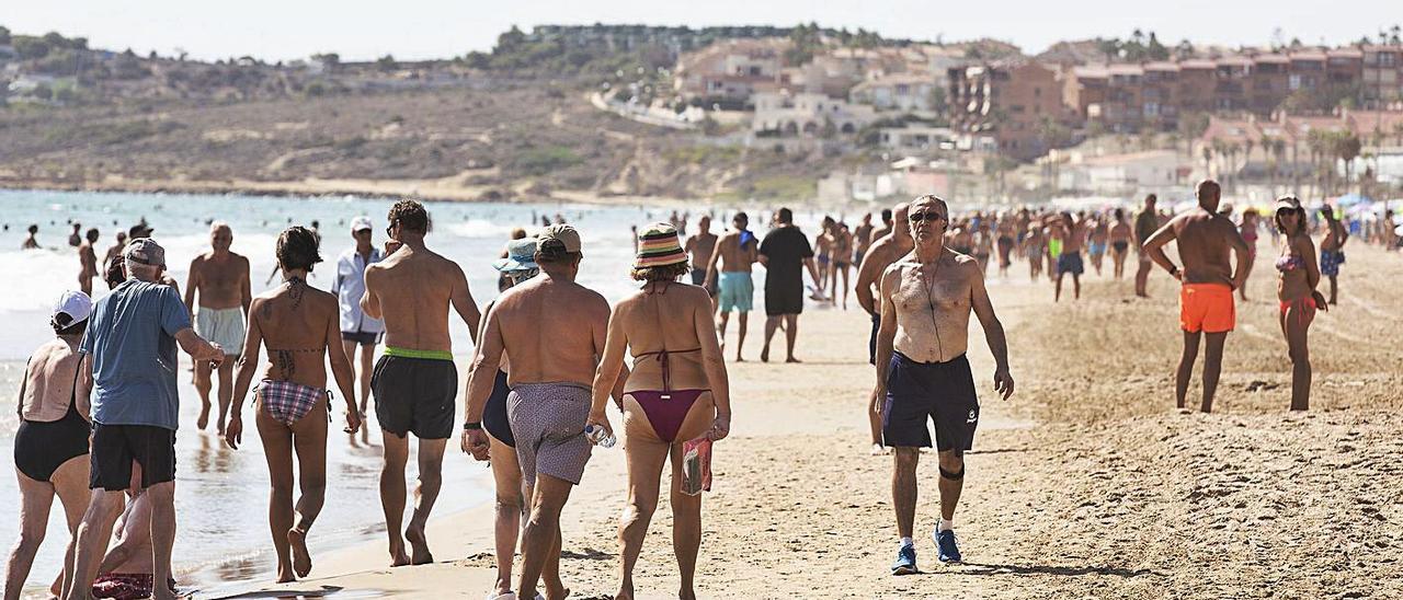 La mitad de la playa de San Juan, hacia el Cabo de la Huerta, ya está sin socorristas.   