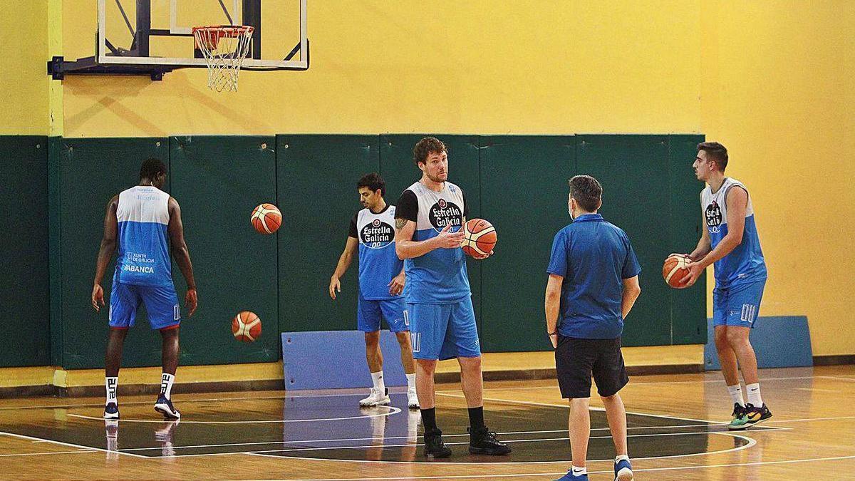 Van Wijk y Gonzalo García, con el balón como testigo ayer en el primer día de trabajo del COB.