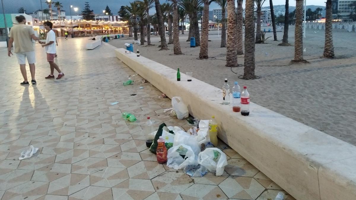 La basura del botellón sobre el murete del paseo del Arenal