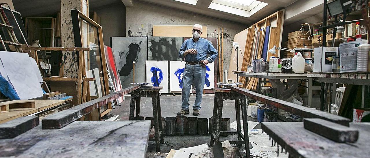 Bernardo Sanjurjo, ayer, en su taller ovetense. | Irma Collín