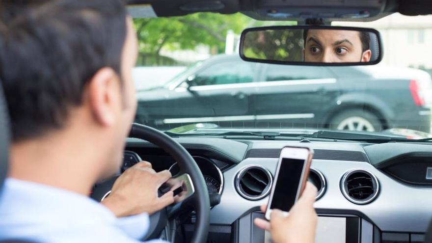 ATENCIÓ | Conduir amb el mòbil a la mà costarà sis punts del carnet i sense cinturó, quatre