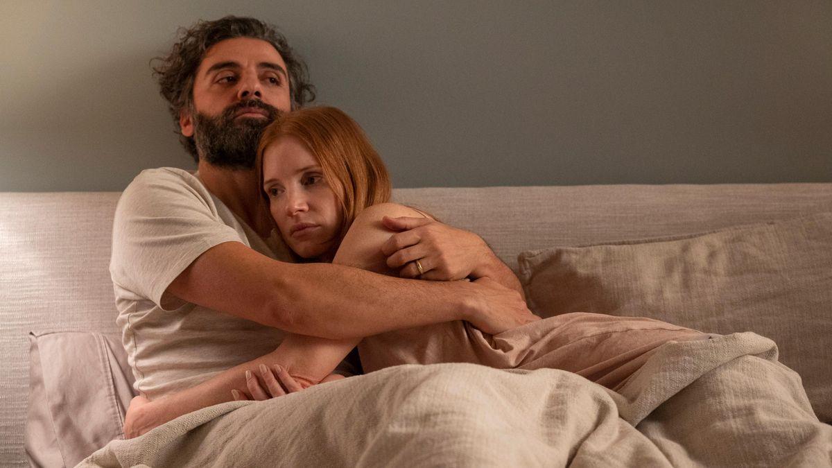 Oscar Isaac y Jessica Chastain en una escena de la nueva versión de Secretos de un matrimonio.
