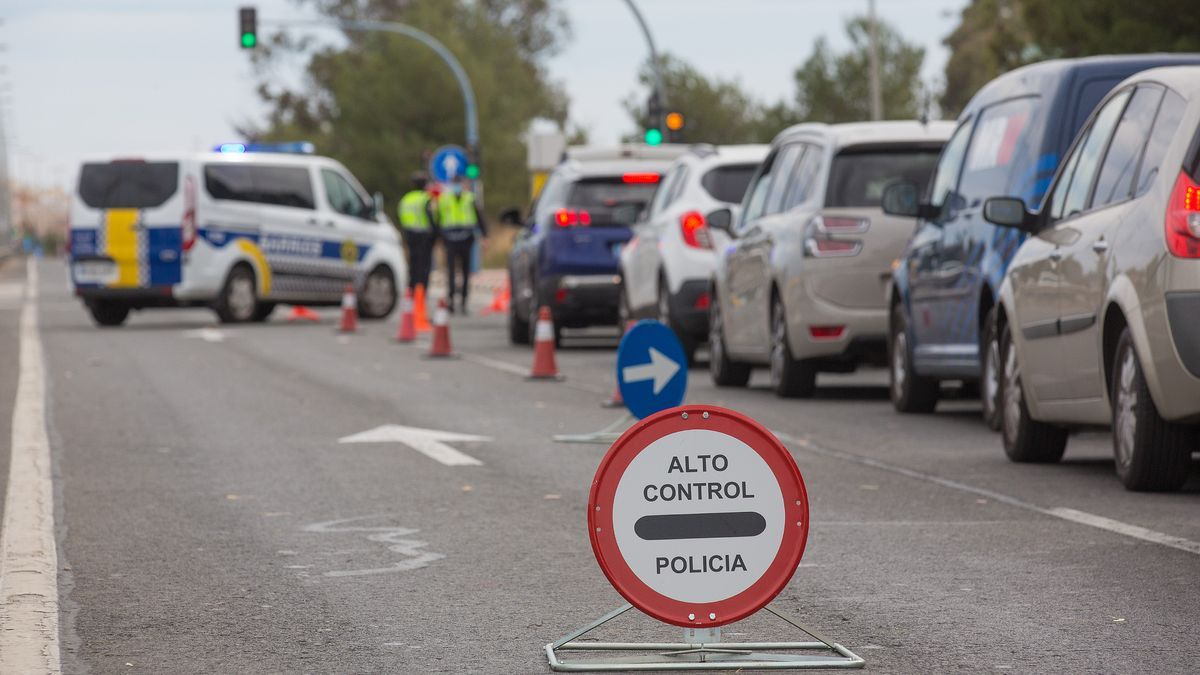 A traffic control of the Local Police of Alicante, with the perimeter closure