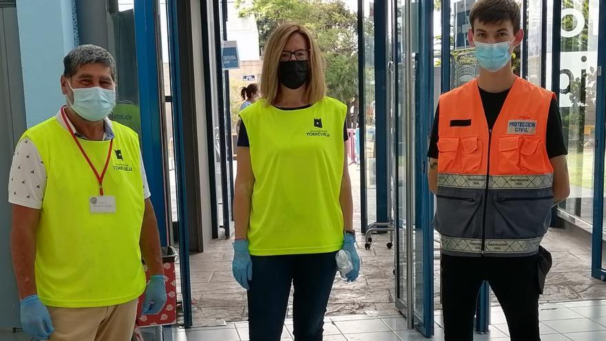 """Treinta voluntarios refuerzan a diario la labor de los sanitarios en el """"vacunódromo"""" de Torrevieja"""