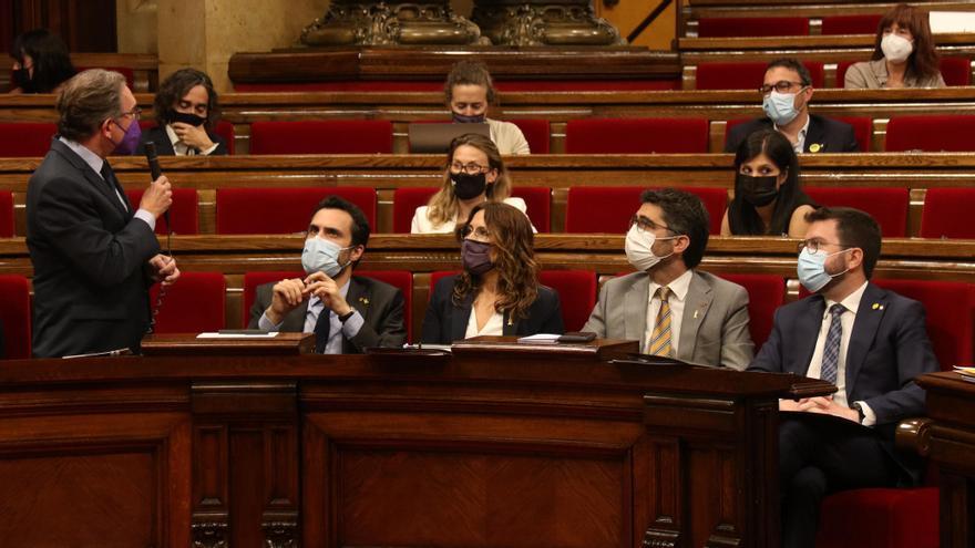El president de la Generalitat, Pere Aragonès, es mira el conseller d'Economia i Hisenda, Jaume Giró, durant la sessió de control al Parlament