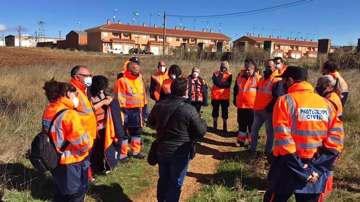 Voluntarios de Protección Civil realizan ejercicios en el exterior.   Protección Civil Benavente